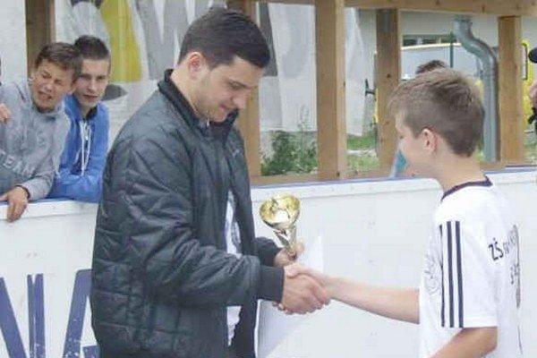 Finále ligy. Po výborných výkonoch si najlepšie družstvá prevzali ocenenia a poháre z rúk Libora Hudáčka.
