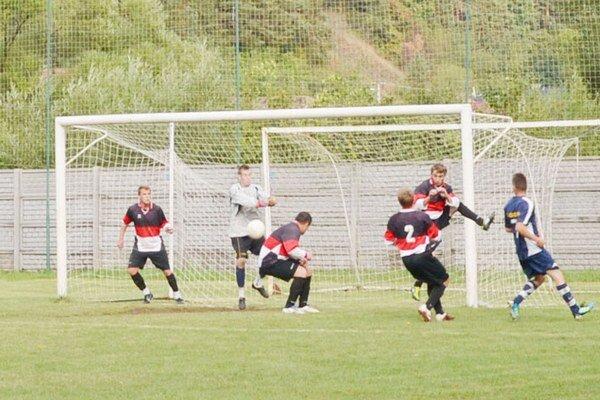 Ďalšia domáca prehra. V súboji s Olcnavou inkasovali Markušovce do vlastnej siete až päť gólov.