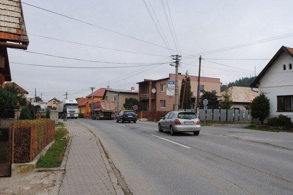 Frekventovaná cesta rozdeľuje obec na dve časti.