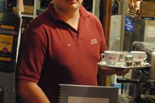 Čašník Tomáš má stále poruke jedálny a nápojový lístok v Braillovom písme. V týždni ich podnik navštívia priemerne šiesti nevidiaci hostia.