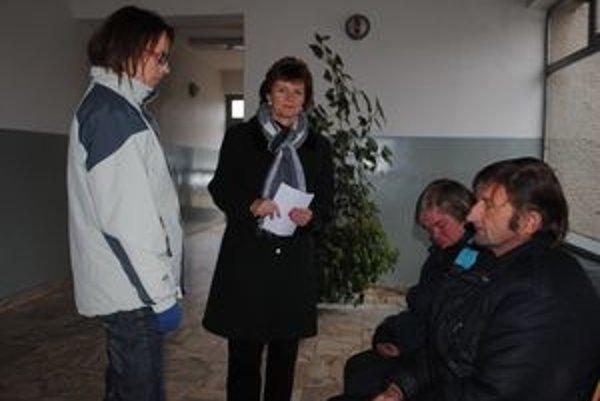 Poradiť manželom, ktorí sú bez strechy nad hlavou, sa pokúsili J. Karpinská (v popredí) a Viera Mikolajová.