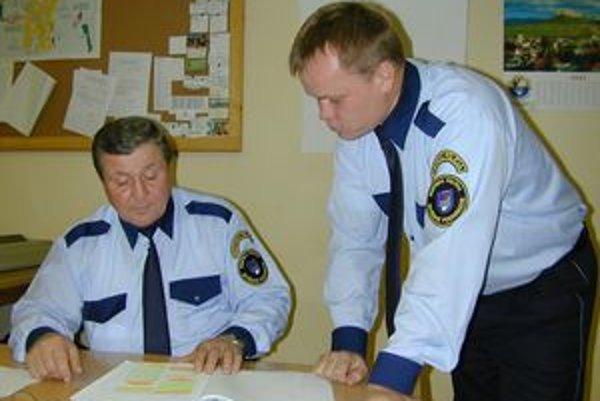 Mestskí policajti. Náčelník (vľavo)  s pracovníkom MsP za roky odviedli kus práce. V týchto dňoch však polícia končí.