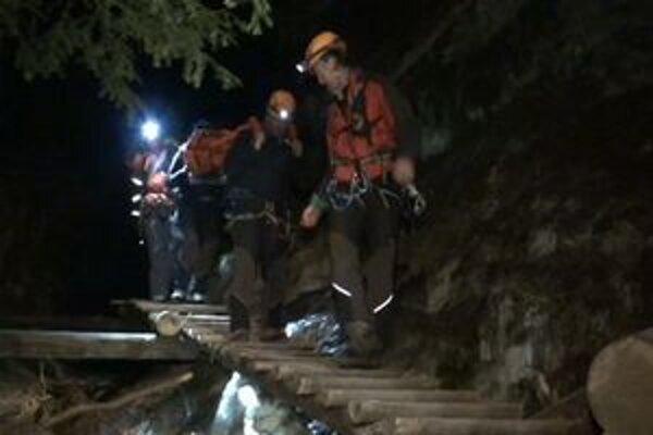 Záchranári v akcii. Jej náročnosť komplikoval zladovatený terén a nastupujúca tma.