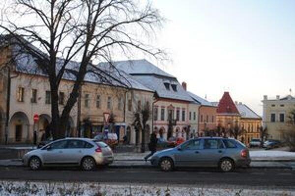 Centrum mesta. Časť požičaných peňazí investujú aj do rekonštrukcie námestia.