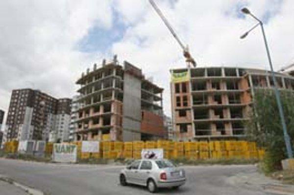 Nárast cien bytov a domov sa má podľa Národnej banky Slovenska tento rok z celoslovenského pohľadu spomaliť z vlaňajších 24 na desať až pätnásť percent.
