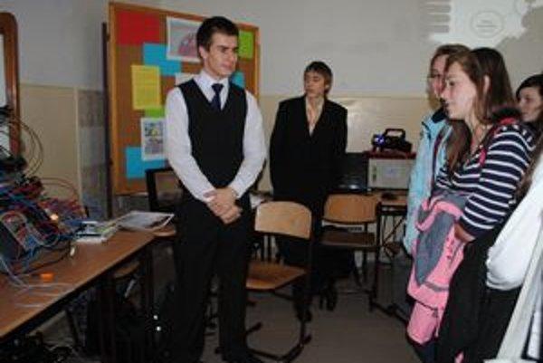 Študenti. Prezentovali žiakom základných škôl ukážky z praktickej časti.