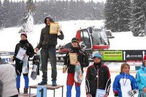 Stupne víťazov. Pre najlepších lyžiarov-žiakov boli pripravené hodnotné ceny, diplomy a poháre.
