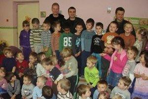 Spoločná fotka. Škôlkárom bude pripomínať stretnutie s policajtmi.