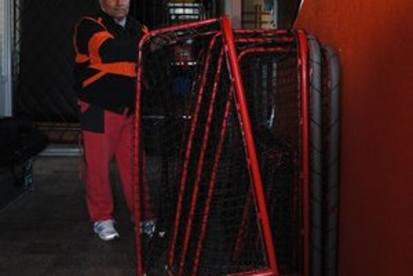 Roman Pecha pracuje v základnej škole ako údržbár.
