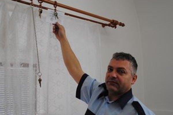 Nájdené kľúče. Tri zväzky čakajú na to, až si po nich príde ich majiteľ. Na snímke náčelník Mestskej polície v Levoči Ján Novák.