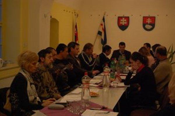 Poslanecké plénum. Rozpočtom sa zaoberalo viackrát. V. Baloga (šiesty v ľavom rade) sa kvôli dotácii chce vzdať poslancovania.