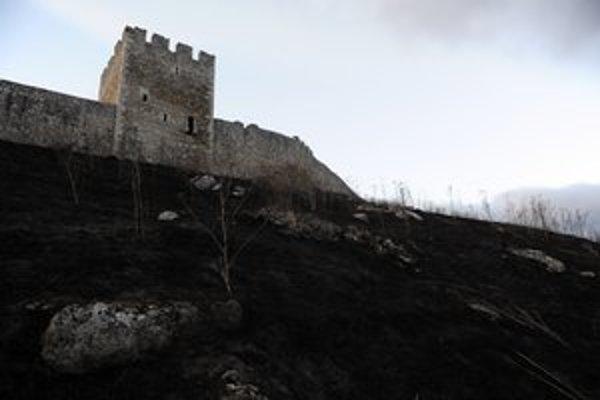 Spišský hrad. Oheň sa dostal až k hradbám. Našťastie, kameň a travertín nie je horľavý materiál.