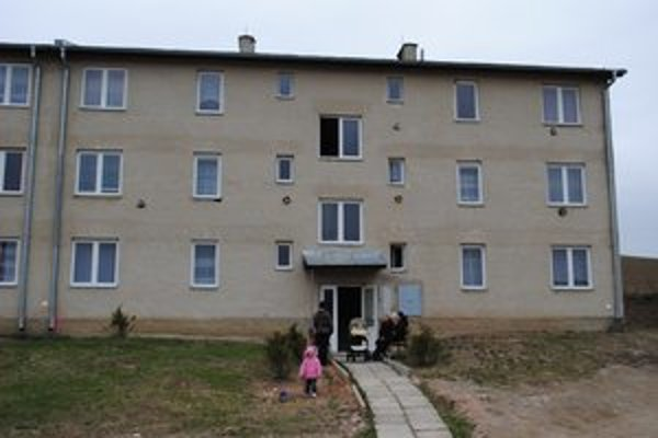 Obytné domy. Stavať ich začali v roku 2004, aby miestnym ľuďom mohli ponúknuť dôstojné bývanie.