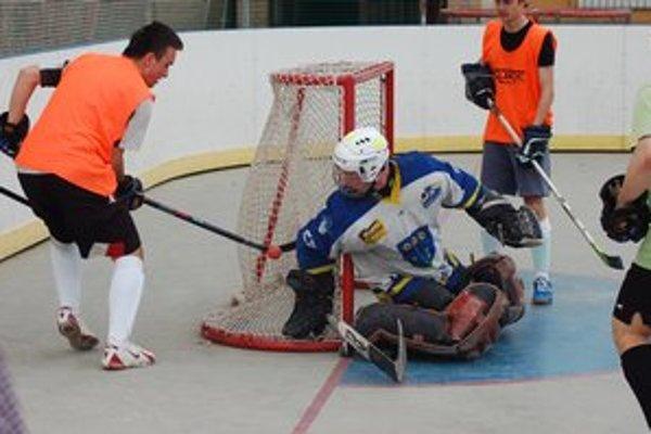 Nová sezóna. Hokejbalisti hrajú od rána do večera. Začiatok sezóny museli posunúť.