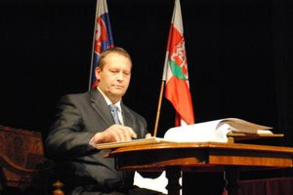 Primátor. Po nástupe do funkcie musí hľadať riešenia, ako zlepšiť ekonomickú situáciu mesta.