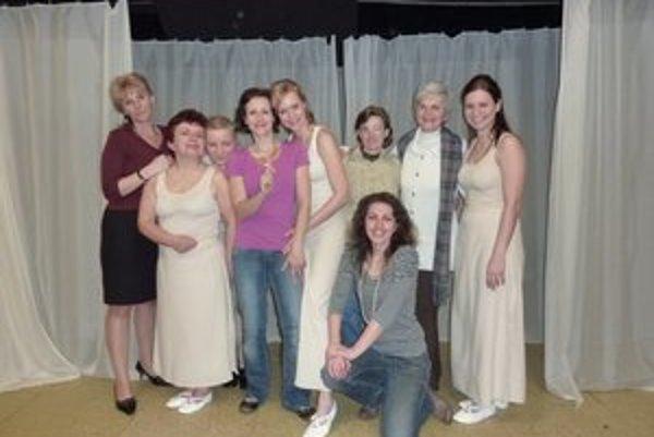Umelkyne zo Spiša. Divadlo na opätkoch tvoria ženy rôzneho veku.