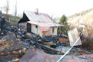 Požiar. Susedov dom úplne ľahol popolom. Košičanom ostali aspoň múry chalupy. Na opravu potrebujú 27-tisíc eur.