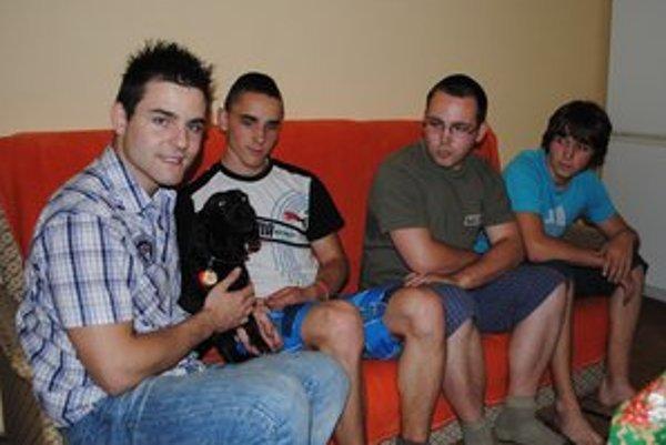 Bratia Gregovci. Zľava Marián, Michal, Daniel a Ľubomír zapózovali s rodinným miláčikom Jesicou.