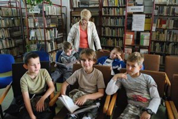 Tretiaci. V popredí Marek, Paťo, Juraj, v pozadí Lukáš a Nicolas čítajú spolu s M. Jendruchovou.