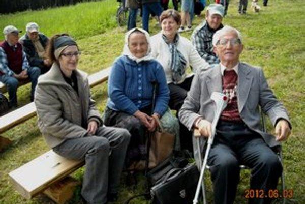 Rodáci z Dvoriec. Katarína Labudová (v strede) s manželom Jánom.