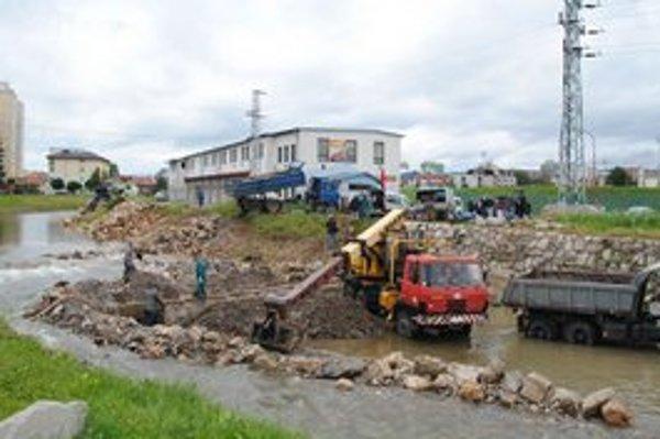 Mechanizmy v Hornáde. Práce na regulácii rieky intenzívne pokračujú.