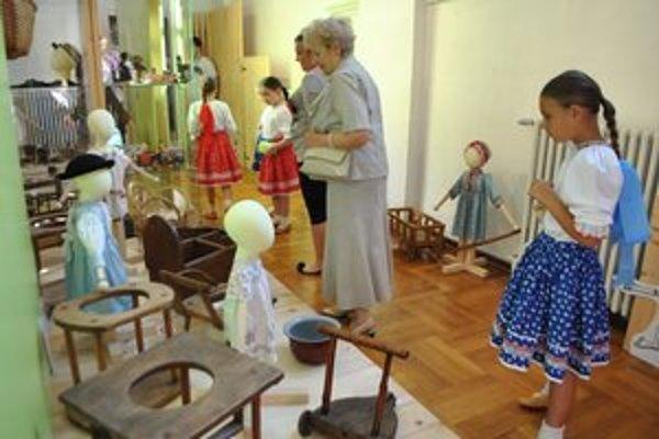 Výchova pred sto rokmi. Ako to bolo byť dieťaťom v minulom storočí, ponúka aktuálna výstava na levočskej radnici.