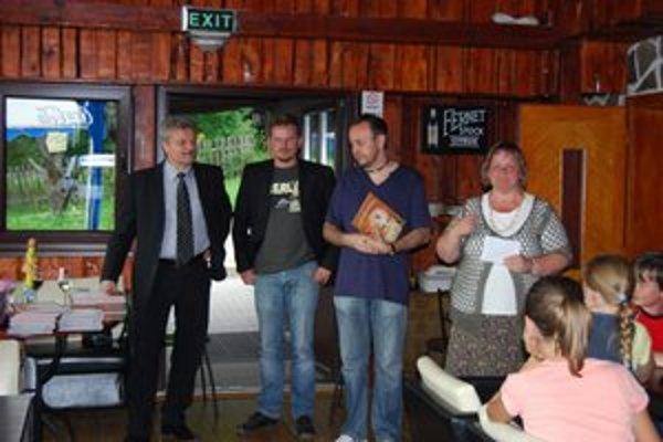 P. Karpinský. Na snímke tretí zľava je autorom Najkrajšej rozprávkovej knihy za rok 2011.