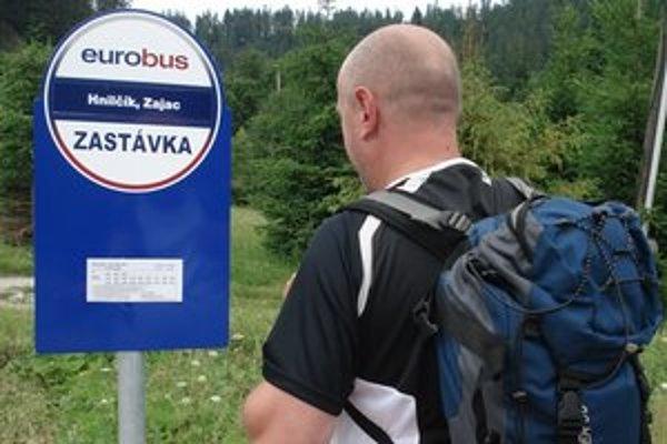 Autobusová zastávka. Nová informácia o poslednom spoji mnohých cestujúcich zneistila.