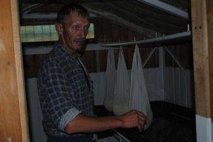 Výroba syra má svoje presné pravidlá. Na snímke bača Ondrej Tiburák.