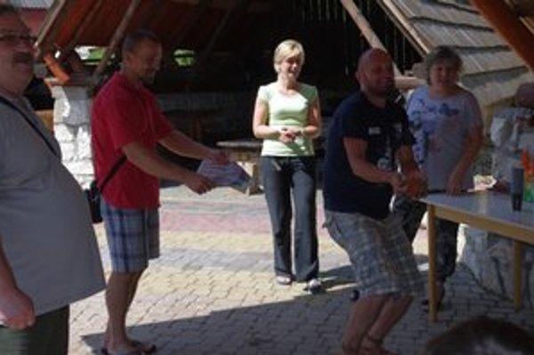 Korzárik pokrstil boss Ľubo detským šampusom. Zľava Pavol Krausz z Elánu a Štefan Tall z Korzára.