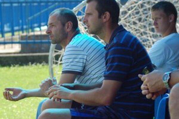 Doma bodujú. Asistent trénera Rudolf Pavlík (uprostred) verí v nedeľu v dobrý výsledok.