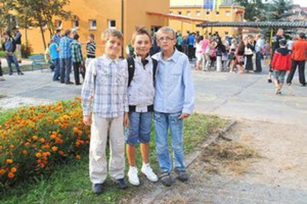 Traja kamaráti. Do školy sa vrátili s veľa prázdninovými zážitkami.