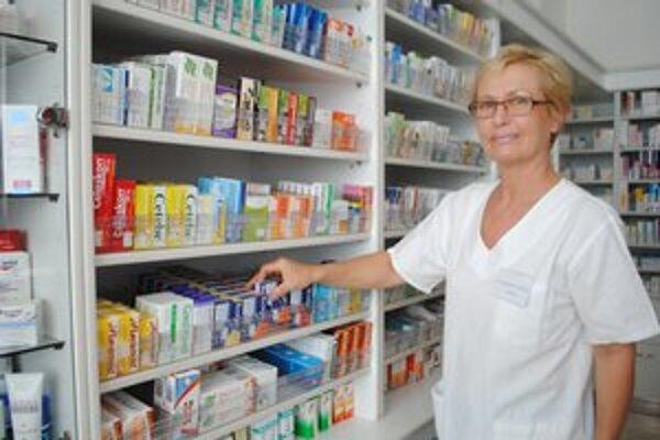 Lekárnička Elena Wetterová pri vydávaní liekov.
