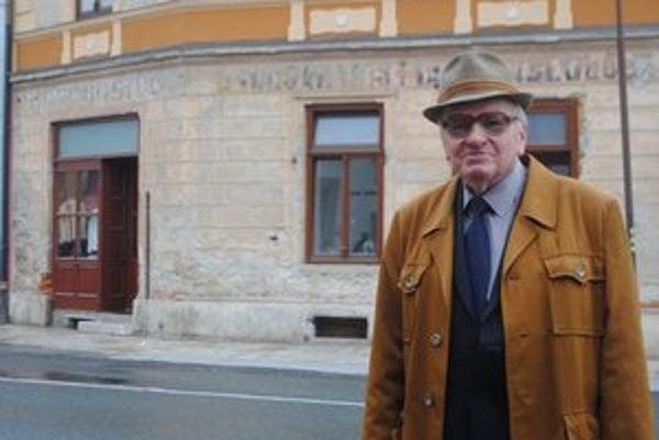 Anton Hockicko. Pred domom Varsányiovcov.