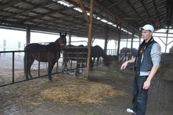 Majiteľ. Za koňom je mu smutno. Obáva sa, že zviera už nikdy neuvidí.