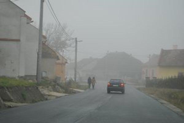Prešovská ulica. Ľuďom chýba chodník, prechádzajú po ceste spolu s autami.