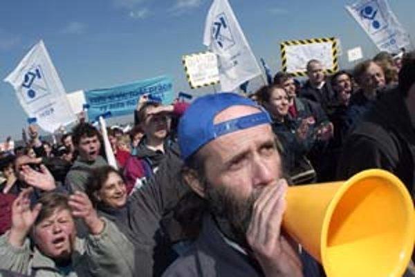 Odborári hrozia, že ak zamestnávatelia nezvýšia mzdy o sedem percent, vyvolajú v podnikoch ostré štrajky.