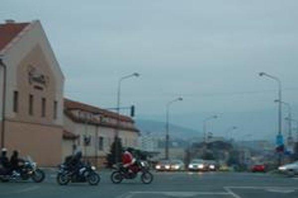 V akcii. Na motorke určite stihol obehnúť viac detičiek.