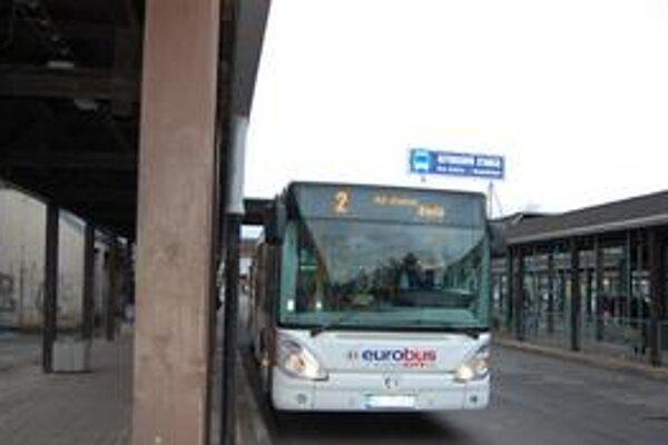 Linka č. 2. Smeruje z autobusovej stanice na sídlisko Tarča. Prešla menšou zmenou.
