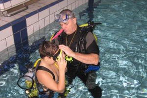 Veterán. Pavol Lesňák sa potápa už 25 rokov. Včera zaúčal tomuto športu hlavne malé deti.