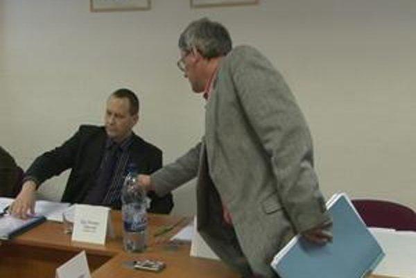 Peter Uhrinovský nečakal na výsledky hlasovania a sám sa vzdal funkcie. Tvrdí, že je nevinný a všetko má zadokumentované.