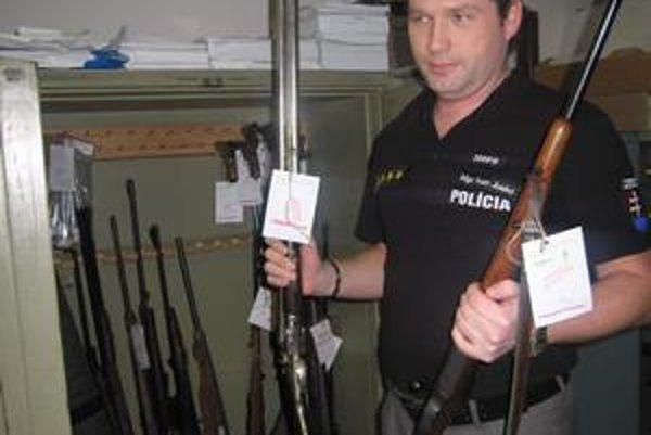 Arzenál. Ľudia nosievajú na políciu zbrane, ktoré už na prvý pohľad pôsobia ako staré rárohy. Nájdu sa však aj také, ktoré vyzerajú ako nové. Na snímke I. Jusko.