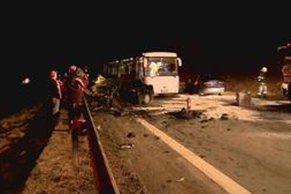 Okamžitá pomoc. Kým prišli zdravotníci, zranených ľudí preniesli do linkového autobusu.