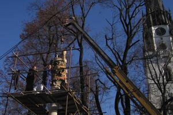 Takmer rok bez sochy. Z výšky osem metrov sňali začiatkom decembra sochu za pomoci špeciálnej techniky.