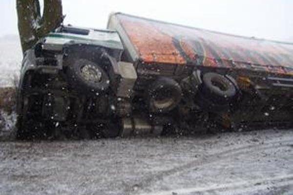 Vodič nezvládol riadenie a spadol s autom do priekopy.