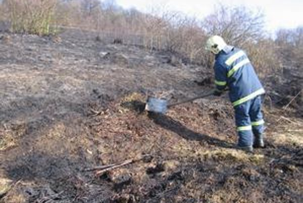 Kvôli neprístupnému terénu museli požiar likvidovať aj lopatami.