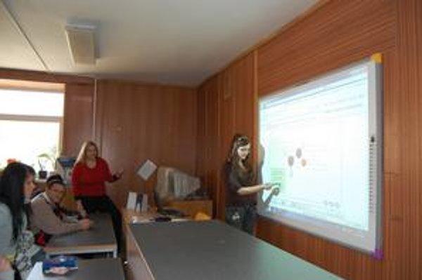Druháčka Denisa. Vyučovanie s interaktívnou tabuľou je pre ňu kreatívnejšie.