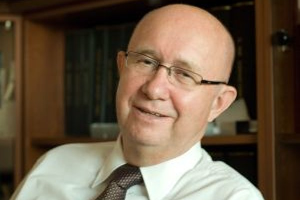 Narodil sa 2. apríla 1949. V roku 1972 skončil štúdium na Právnickej fakulte Univerzity Komenského v Bratislave. Po škole pracoval v Domácich potrebách na Podnikovom riaditeľstve Bratislava, v roku 1975 nastúpil do vtedajšieho Slovenského zväzu spotrebnýc