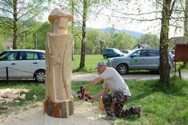 Sústredenie Pavla pri práci na drevorubačovi. Pod motorovou pílou sa črtajú jasné kontúry.