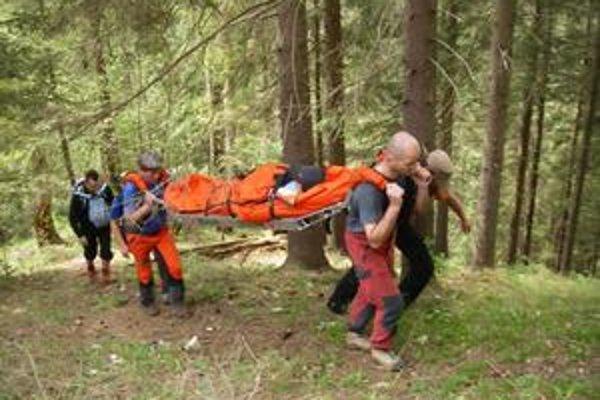Zranená poľská turistka. Previezli ju záchranári na nosidlách.